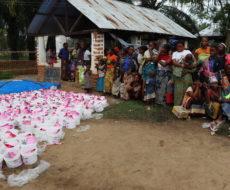 L'AFPDE a offert 17.000 kits hygiéniques et des masques contre la covid-19 aux femmes et filles, victimes des inondations dans les territoires de Fizi et Uvira