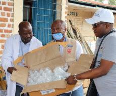 AFPDE offre des médicaments à l'hôpital général de référence de Sange pour la prise en charge de cas de choléra